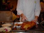 Pekinganka som skärs upp framme vid bordet